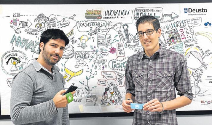 Carlos Brea y Álex Sáchez posan con las pulseras localizadoras WimyKids . :: LUIS ÁNGEL GÓMEZ