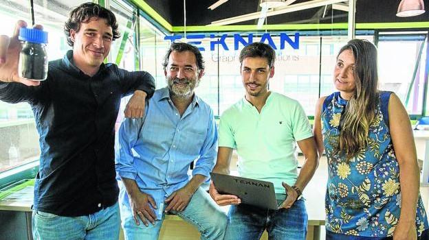 Carlos Uraga junto a su socio Humberto Kravetz y el resto de integrantes del equipo de Teknan. / PANKRA NIETO