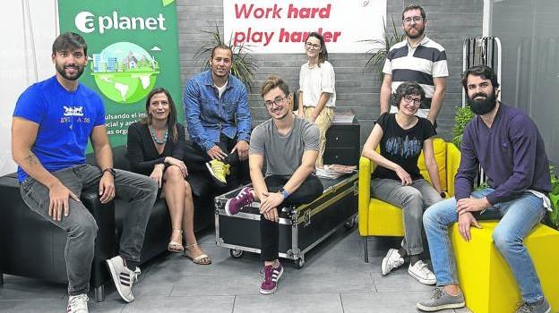 Parte del equipo que integra la 'startup' dedicada a aplicar la tecnología a la responsabilidad social corporativa de Aplanet. / ÓSCAR CHAMORRO