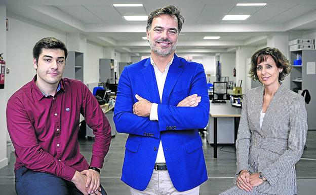 Carlos Cortijo, fundador de Genetracer, en el centro, junto a Borja León y Ana Palencia. / YVONNE ITURGAIZ