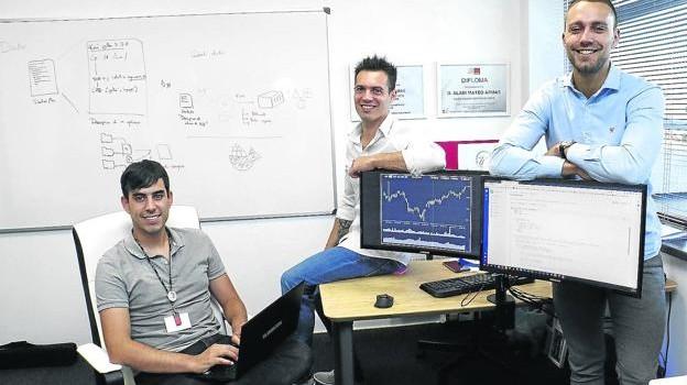 Alain Porto, Alain Mateo y Eriz Zárate, en las oficinas de ZM Algorithmic Systems en el Parque Tecnológico de Álava. / JESÚS ANDRADE
