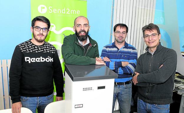 Los socios Toño Fraga (segundo por la izquierda) y Javier Nogueira (cuarto), junto a Iago Fernández y Francisco Domínguez. / IAGO LÓPEZ
