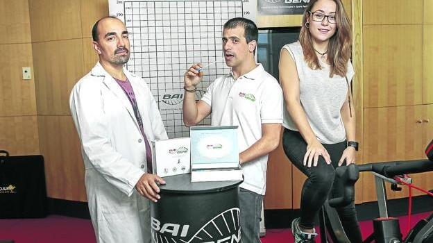 Los socios fundadores de Baigene David Celorrio y José María Aznar Oviedo, junto a Izarbe Yarza. / BLANCA SAENZ DE CASTILLO