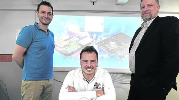 Miguel Ramos, representande AiPower y miembro del equipo, junto a Iñaki Aguirre y Rafael Lagowski. / LUIS ÁNGEL GÓMEZ
