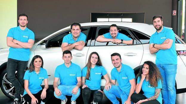 Eduardo Clavijo y David Eguizábal, dentro del vehículo, junto al equipo de la plataforma de compraventa de vehículos Idoneo.