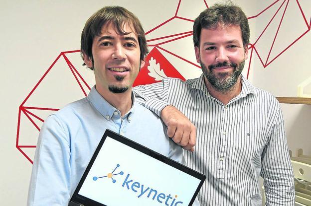 Jon Matias y Jokin Garay en Zitek, la incubadora de empresas de la UPV. / LUIS ÁNGEL GÓMEZ