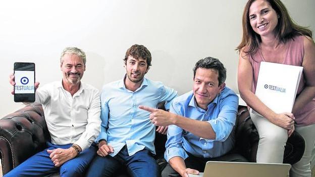 Juan Santos, primero por la izquierda, y Germán Guevara, tercero, junto al resto del equipo de Testualia. / PANKRA NIETO