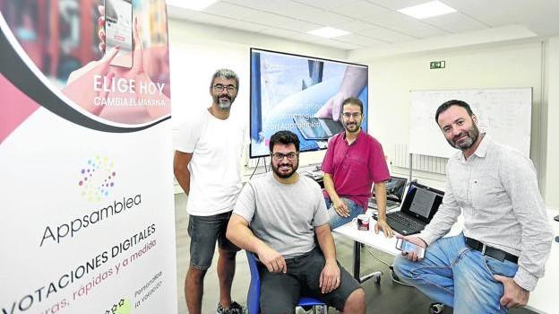 Jorge Uriarte, colaborador de la 'startup', junto a tres de sus fundadores, Raúl Bejarano, Gorka García y Guillermo López. / MIREIA LÓPEZ