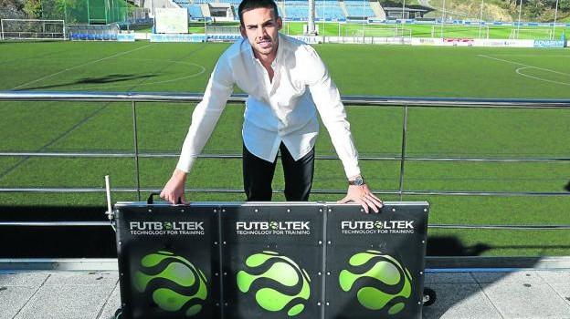 Josu Arregui, generente de Fultboltek, junto a uno de los paneles electrónicos con que entrenan los futbolistas. / JUANTXO LUSA