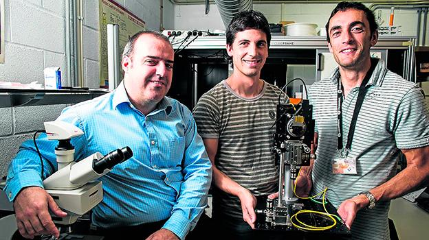 Gaizka Durana e Igor Ayesta, profesores del grupo de fotónica de la Escuela de Ingeniería de la UPV, junto a Iker García. / PANKRA NIETO