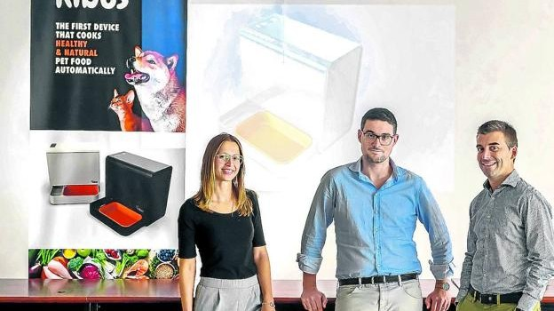 Marta Arisa, Albert Icart y Albert Homs, fundadores de la 'startup' Kibus Petcare. / VICENS GIMÉNEZ