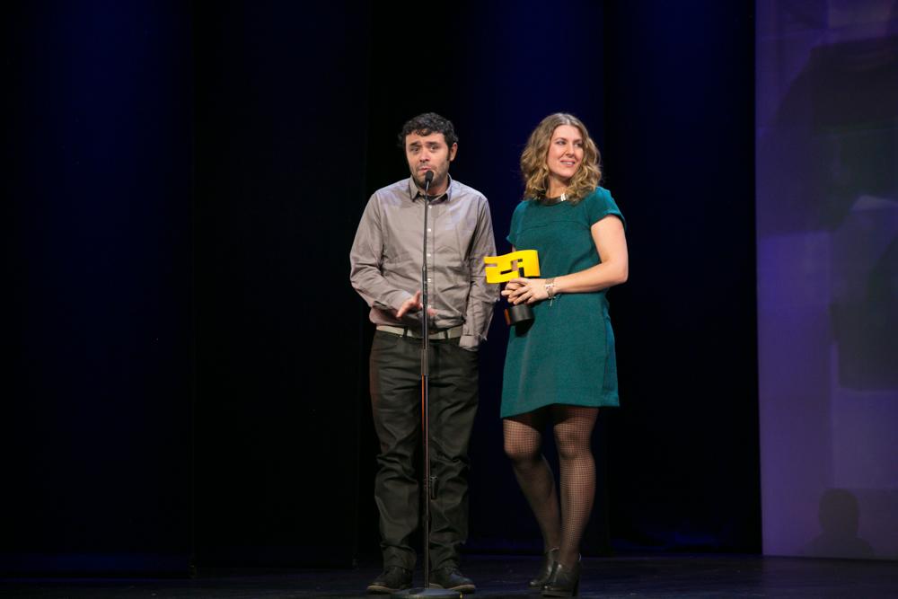 MEJOR VIDEOJUEGO DE SALUD. Alejandro Gañán y Elia González Guajardo-Fajardo recogen el premio otorgado a 'Aislados' SIAD la gala de entrega de premios a los Mejores Videojuegos 2014