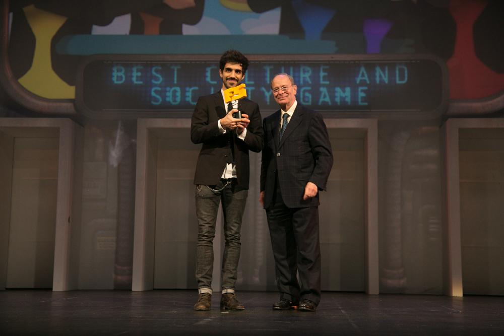 MEJOR VIDEOJUEGO SOCIAL/CULTURAL. Bruno Capdevilla recogió el premio que entregó Ibon Areso, alcalde de Bilbao en la gala de entrega de premios a los Mejores Videojuegos 2014