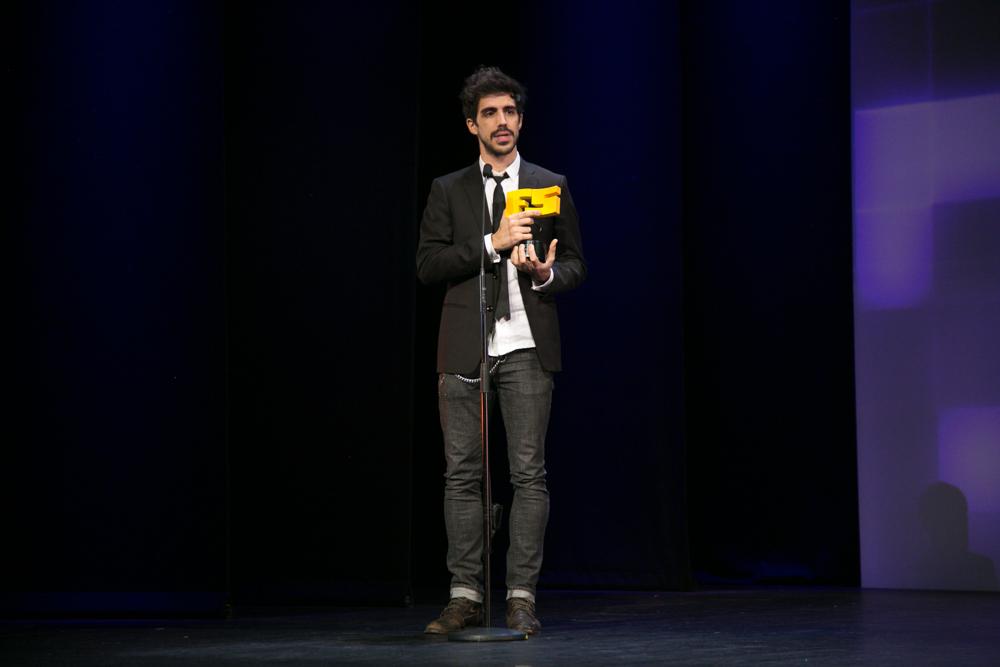 Bruno Capdevilla con el premio otorgado a 'Les Maitres de L'Eau'KTM en la gala de entrega de premios a los Mejores Videojuegos 2014