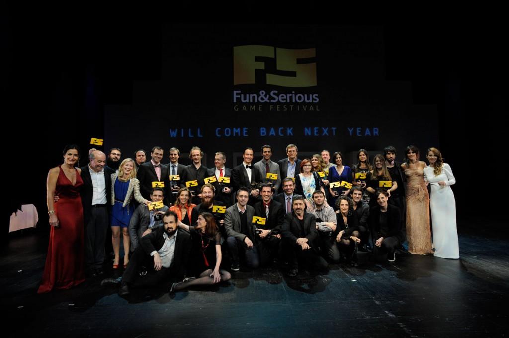 Los premiados posan con sus galardones en el escenario del Teatro Campos