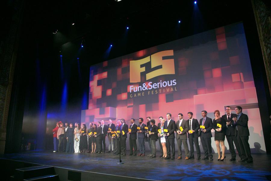 Foto de familia con todos los premiados de la entrega de premios 2013